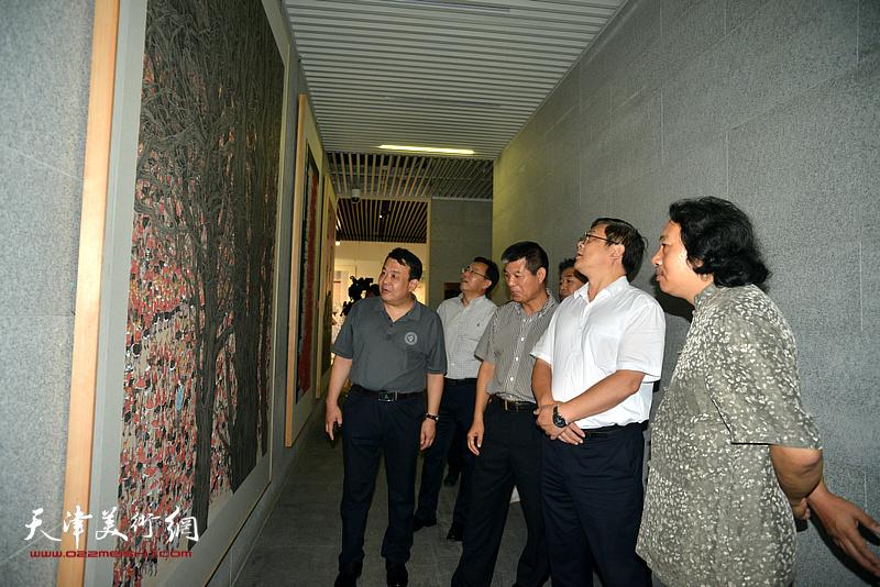 贾广健、张桂元、范扬、王卫平陪同徐里观看展览。