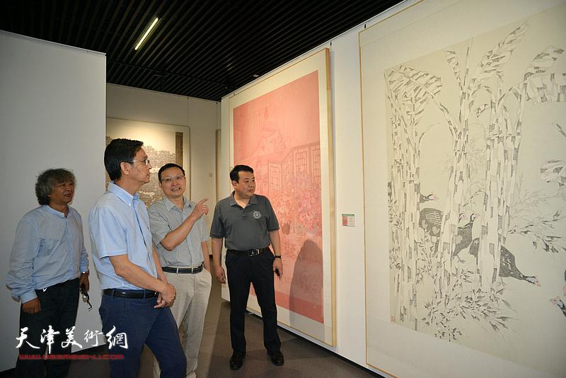 王卫平、张伟民、刘向东陪同何家英观看展览。