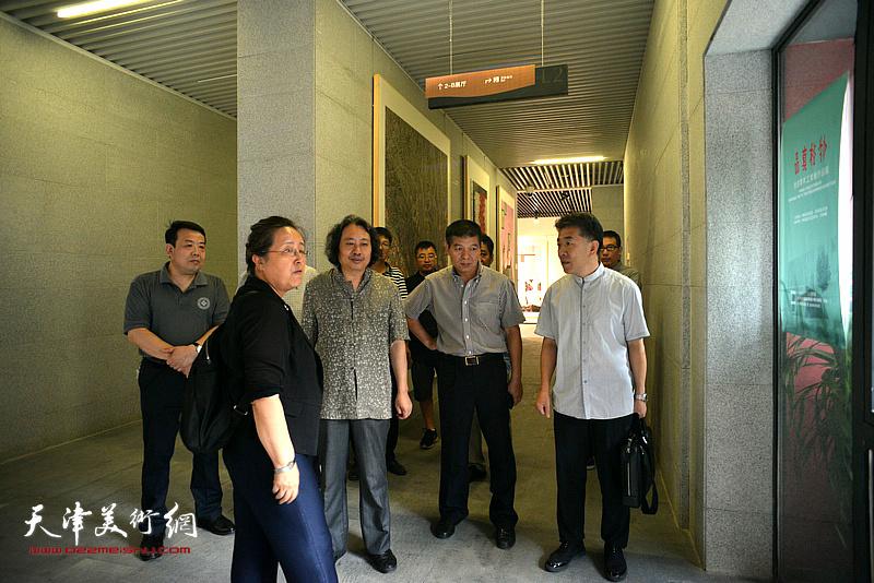 """贾广健、范扬、王卫平向嘉宾介绍""""天津现代美术馆""""。"""