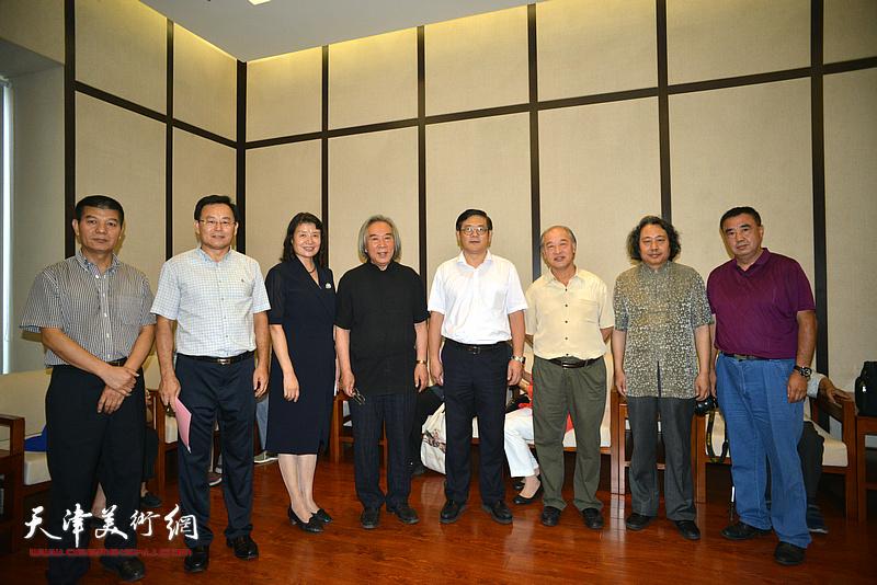 徐里、万镜明、霍春阳、王书平、贾广健、张桂元、范扬、程士杰在天津现代美术馆。