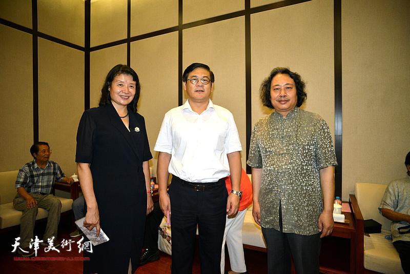 徐里、万镜明、贾广健在天津现代美术馆。