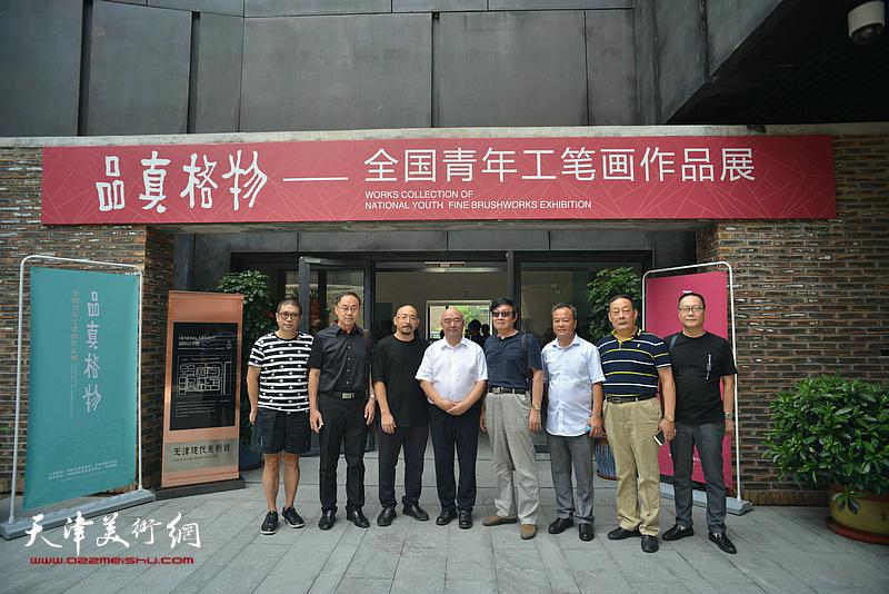 左起:姜立志、李新禹、尹沧海、琚俊雄、蒋海云、王忠、赵长生在天津现代美术馆。