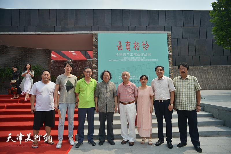 贾广健与张京生、王元珍、王力宪、赵振章、贾建茂、汪洋在天津现代美术馆。