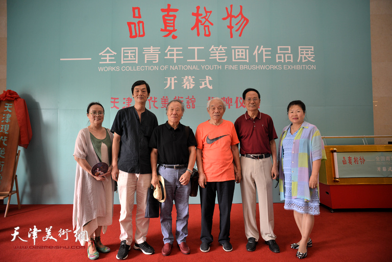 左起:吕秀英、徐庆荣、姬俊尧、纪振民、郭金标、张芝琴在天津现代美术馆。