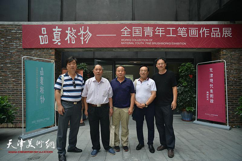 左起:翟洪涛、郭凤祥、李建华、陈钢、潘津生在天津现代美术馆。