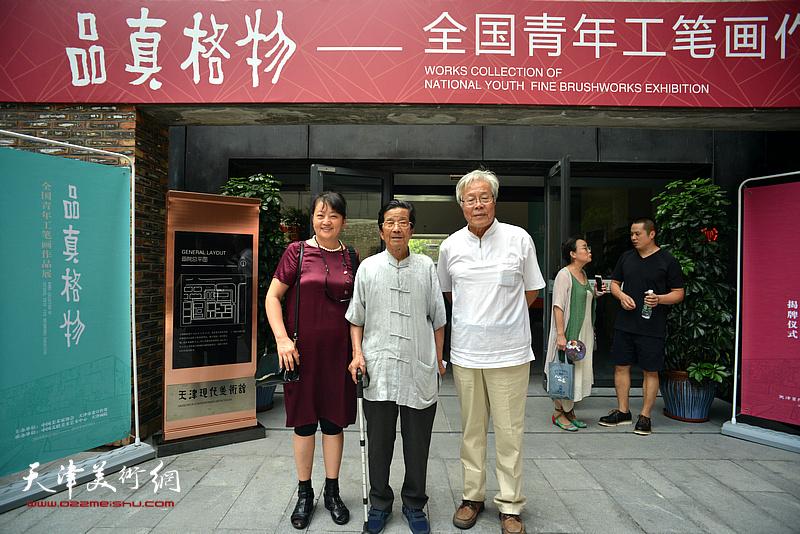 陈冬至、杜明岑在天津现代美术馆。