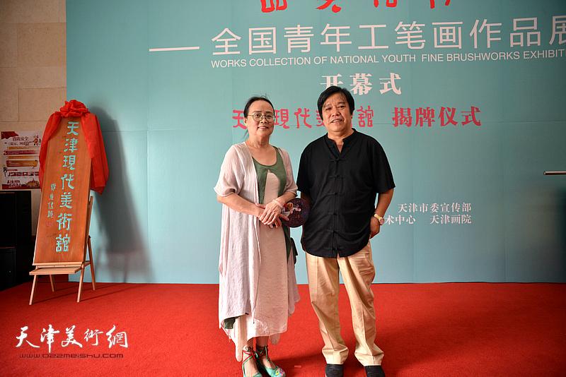 李耀春、吕秀英在天津现代美术馆。