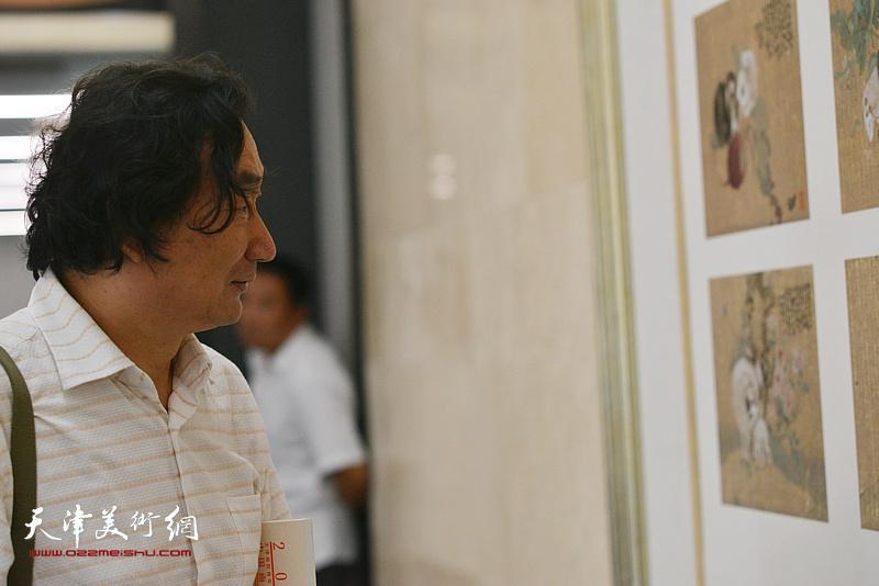 韩石在天津现代美术馆。