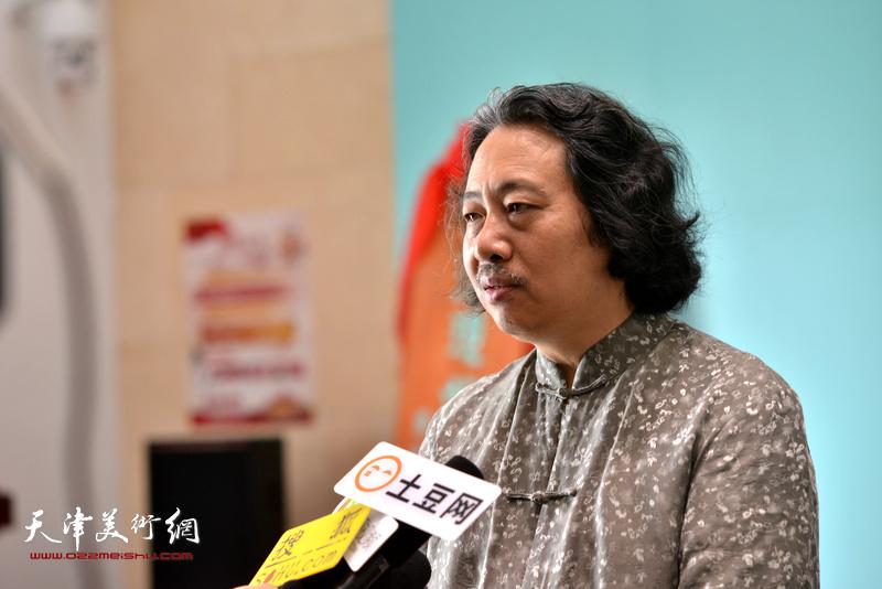 贾广健在天津现代美术馆接受媒体采访。