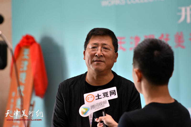 于文江在天津现代美术馆接受媒体采访。
