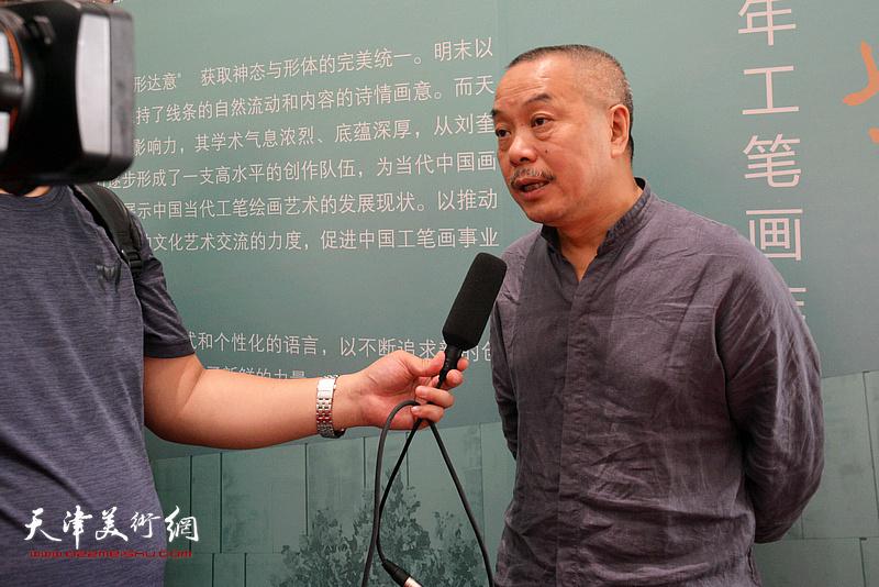 陈湘波在天津现代美术馆接受媒体采访。