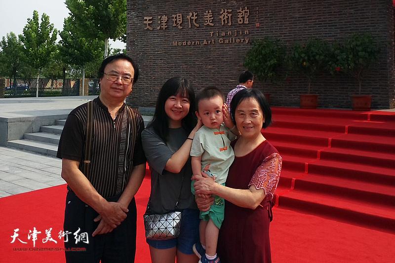 杨豹、杨帆在天津现代美术馆。