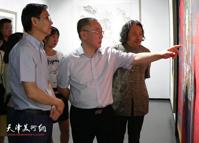 刘春雷、何家英、贾广健观看展出的作品。