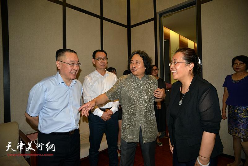 李绍洪、刘春雷、孙杰、安远远、贾广健在天津现代美术馆。