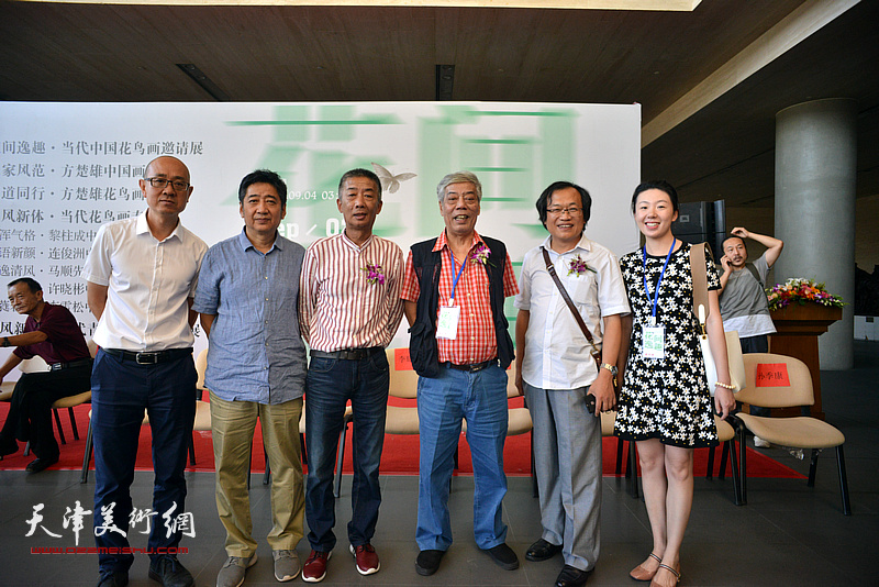 陈永锵与邓国源、杨惠东、王爱宗、马驰、李夏夏在画展现场。