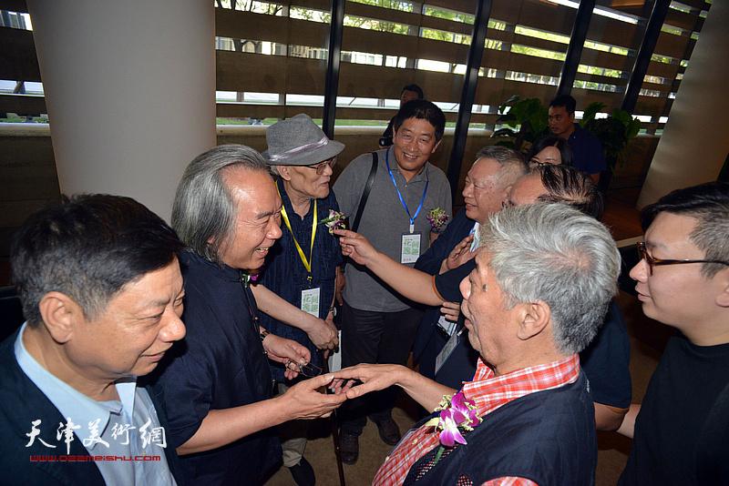 霍春阳、陈永锵、方楚雄、孙长康、马新林在画展现场交流。