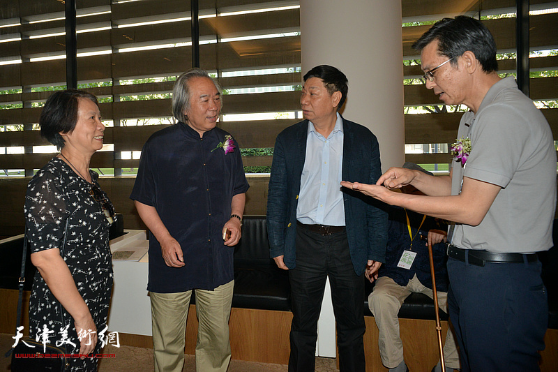 何家英、霍春阳、方楚雄在画展现场交流。