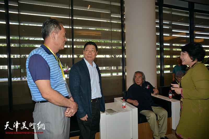 霍春阳、方楚雄、张志连、孙瑜在画展现场交流。