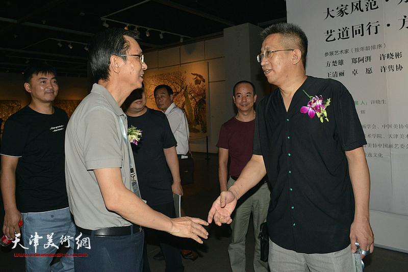 何家英、李毅峰在画展现场。