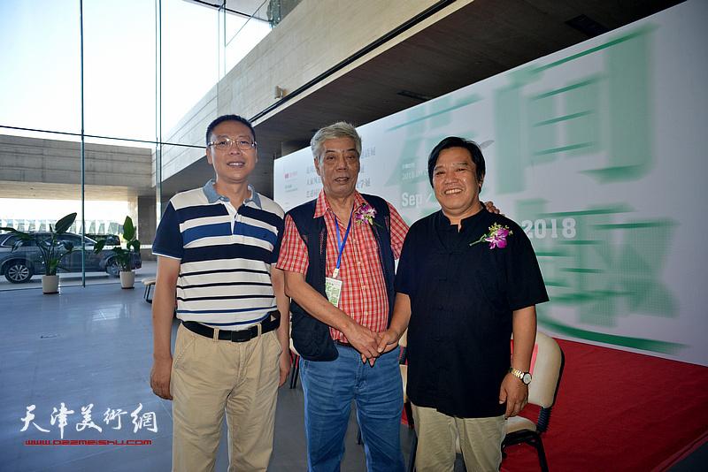 陈永锵、李耀春、范茗在画展现场。