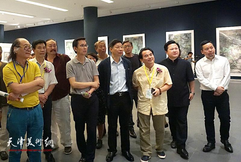 何家英、方楚雄、王居明、马顺先、赵景宇等观赏展出的作品。