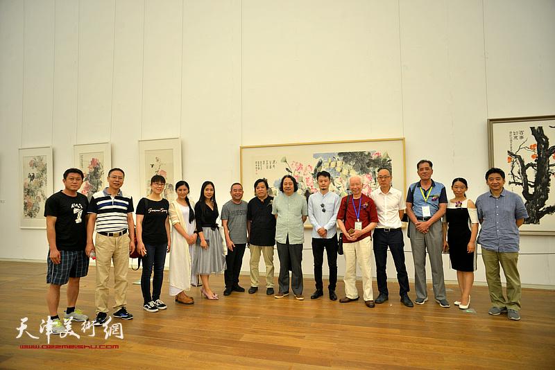贾广健、庄征、李耀春、张志连、王爱宗、马驰、庄雪阳、范茗、张志亮、张大玮等在画展现场。
