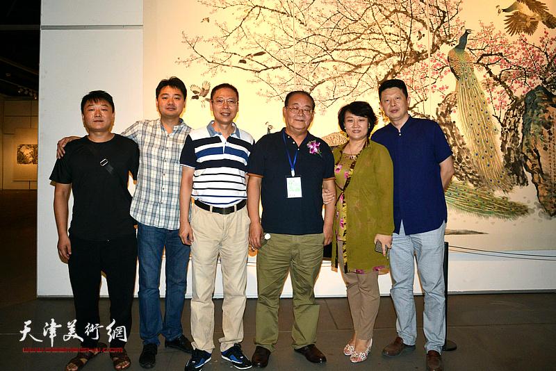 孙季康、孙瑜、范茗、黄易飞等在画展现场。