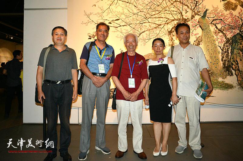 庄征、张志连、王景奎、庄雪阳、牛卓在画展现场。