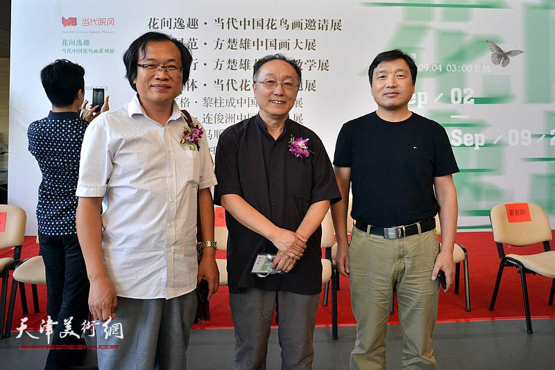 何东、杨惠东、陈林在画展现场。
