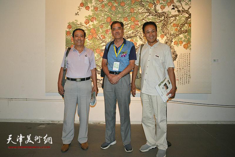张志连、王景奎、邱和法在画展现场。