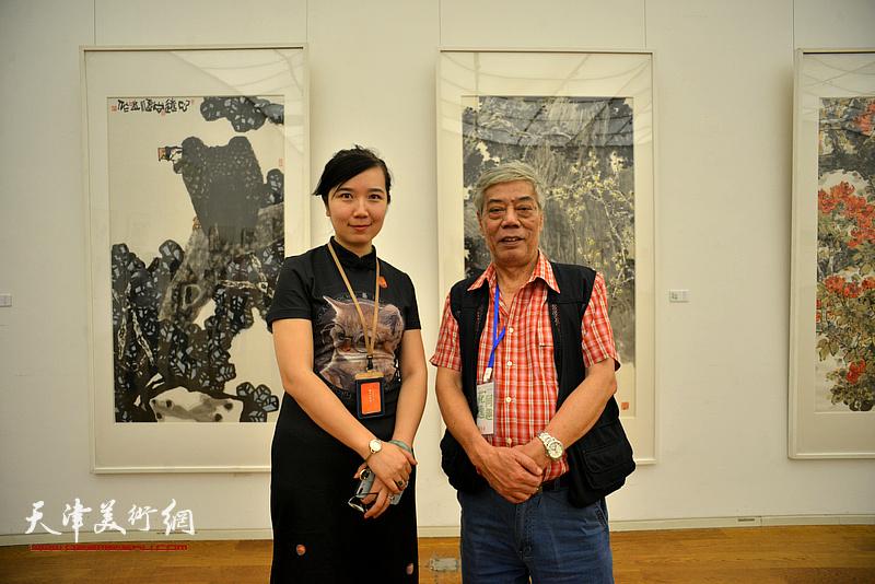 陈永锵、李悦在画展现场。