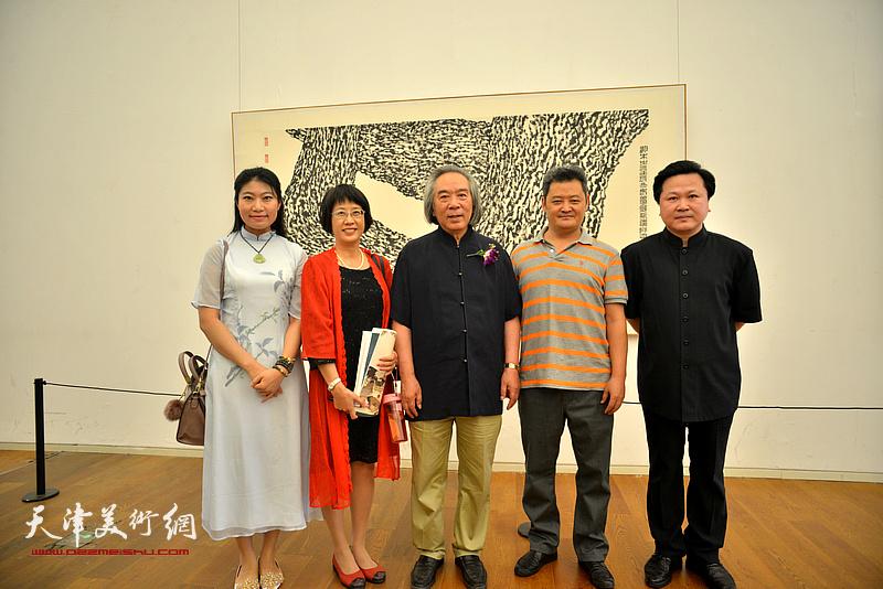 霍春阳、白鹏、赵景宇、任凤鸣、雒老师在画展现场。