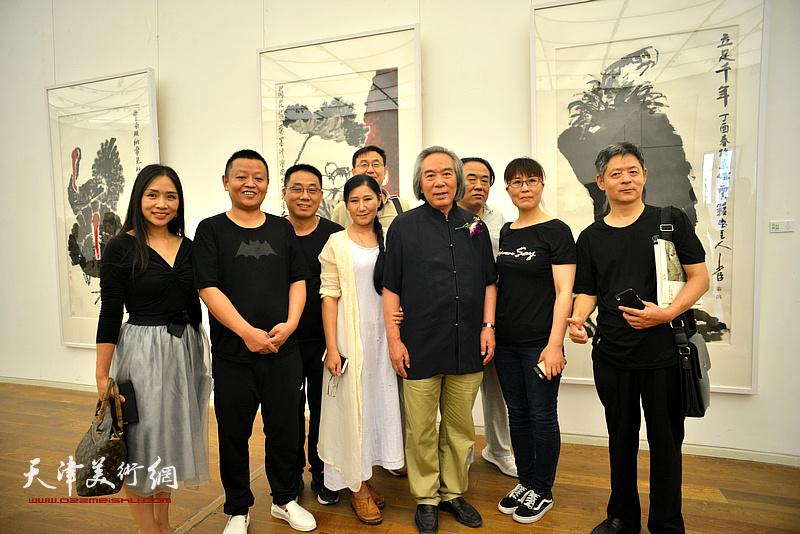 张霍春阳与弟子们在画展现场。