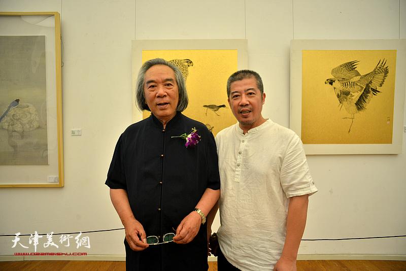 霍春阳与郑阿湃在画展现场。