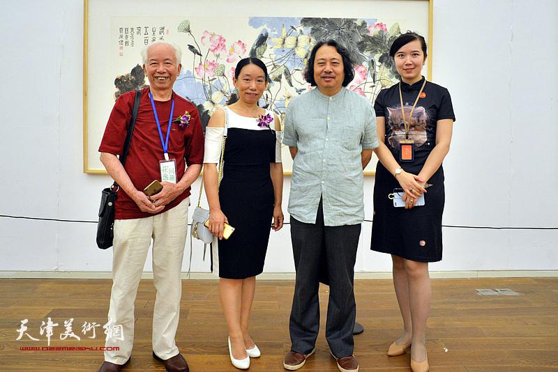 贾广健与庄征、庄雪阳、李悦在画展现场。