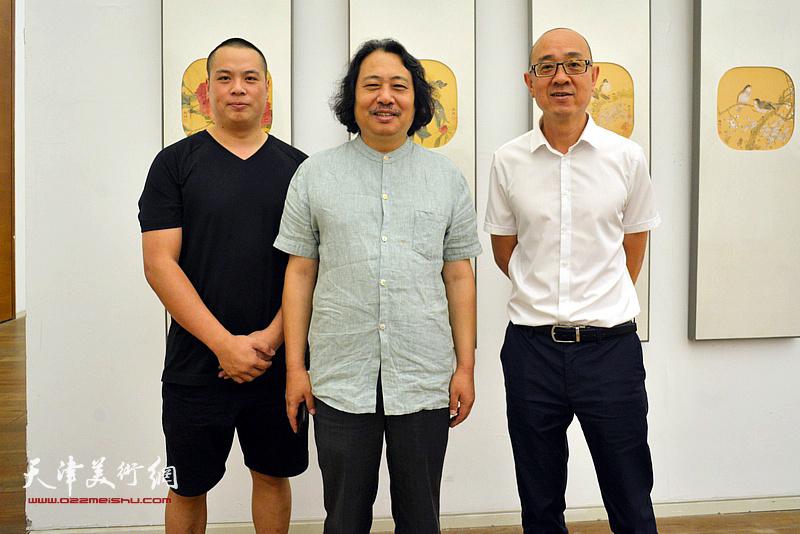 贾广健与马驰、姚丽彬在画展现场。