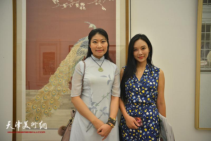 任凤鸣、洪艳茹在画展现场。