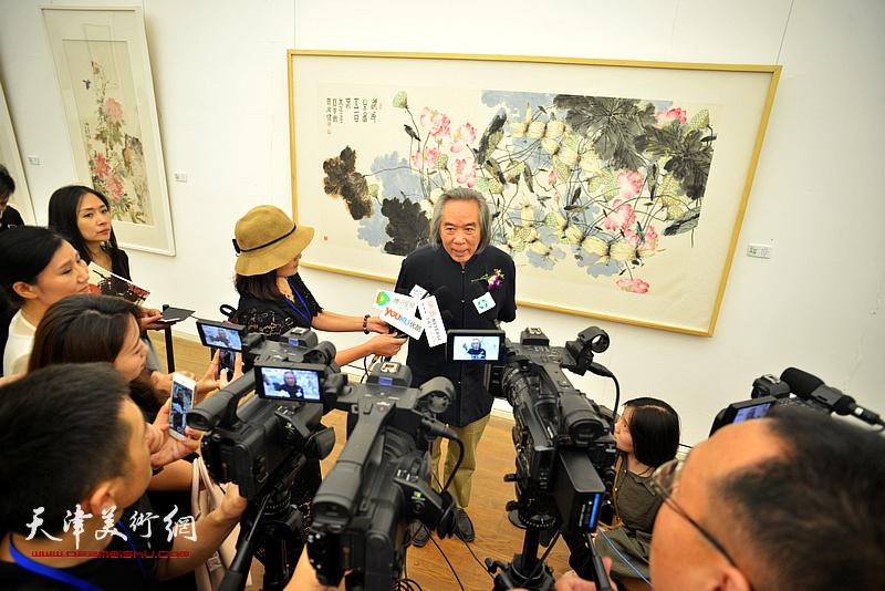 霍春阳在画展现场接受媒体采访。