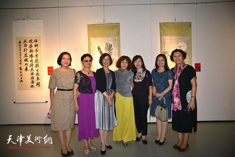 部分天津市美术界盟员在展览现场。