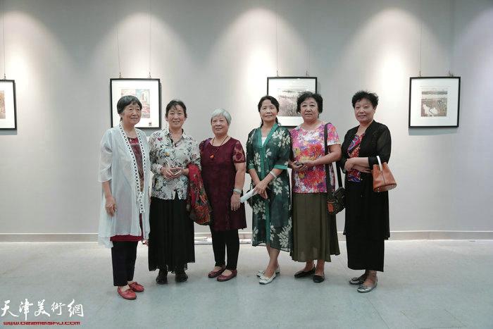 东丽画家宋文兰、李东桂、林慧茹、王以秀、张桂芬、李云香在作品展现场。