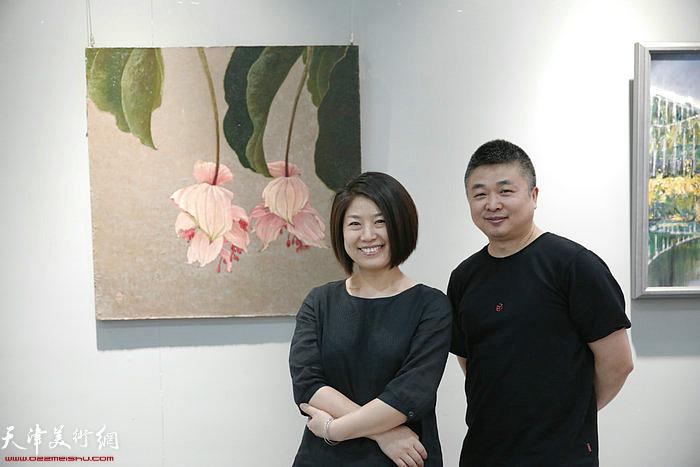 窦士萍、窦洪伟在作品展现场。