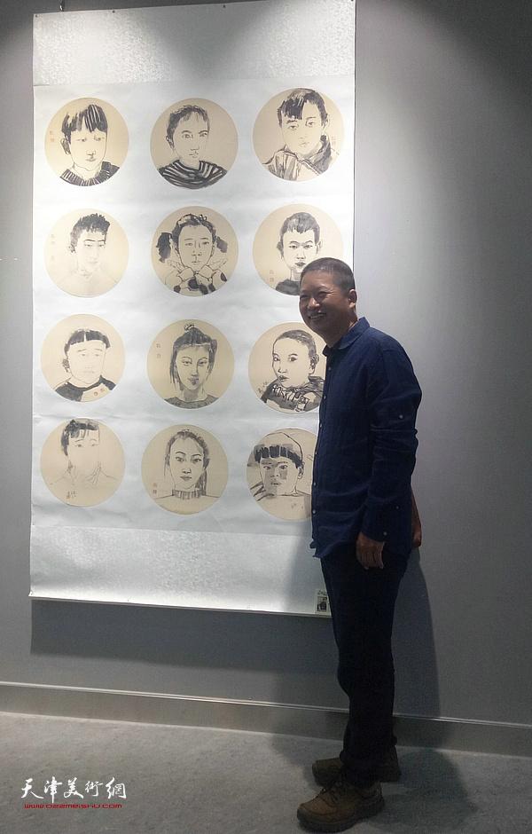 魏瑞江在创作的《东丽娃娃》作品前。
