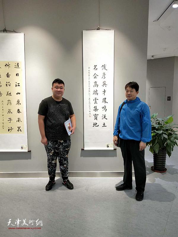 东丽青年书家巩世德、杨毅在作品展现场。