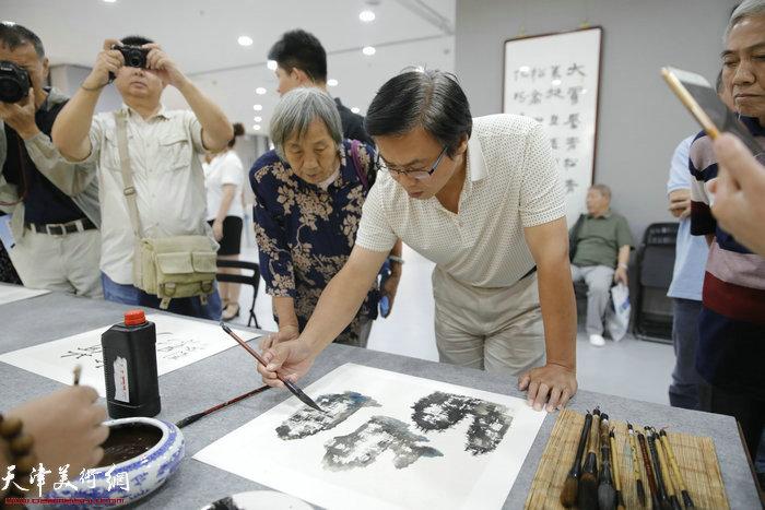 城市画派画家刘波在笔会现场