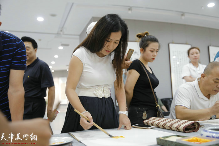 城市画派青年画家陈俊伊在笔会现场