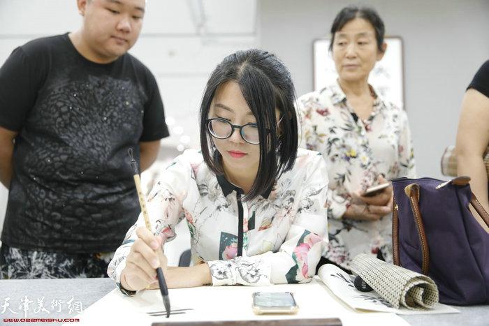 东丽青年书法家蔡佩耘在笔会现场