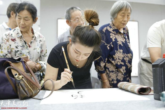 东丽青年书法家刘璐在笔会现场