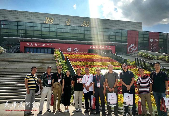 图为城市画派画家在天津师范大学建校60周年纪念活动现场。