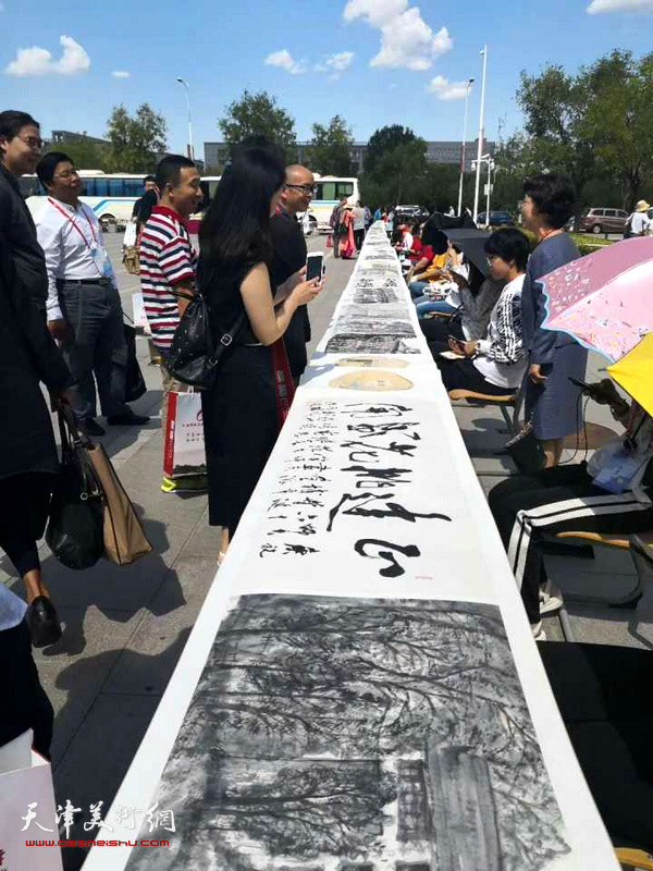 城市画派画家在天津师范大学建校60周年纪念活动现场。