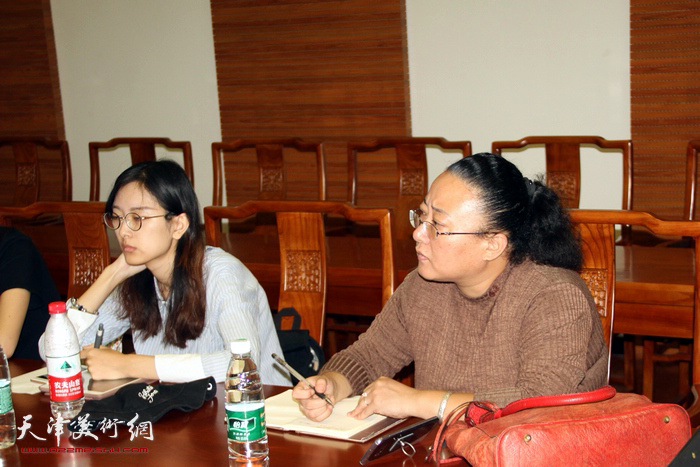曹铁娃教授认真聆听学生发言并深入点评